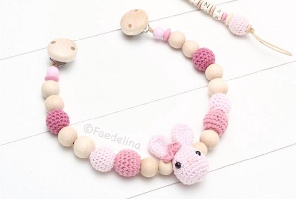 Wagenkette Kinderwagenkette Häkelperlen Hase Häkelhasen Baby Mädchen rosa/altrosa Geschenkidee (ohne